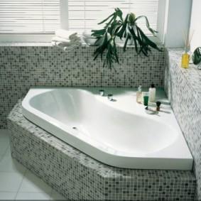 Встроенная ванна белого цвета