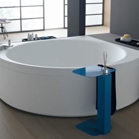 Синяя стойка для полотенца в ванной
