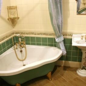 Золотистый смеситель в угловой ванне