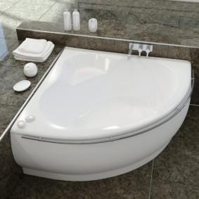 Маленькая ванна на сером полу