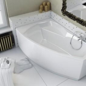 Зеркало в резной оправе над ванной из чугуна