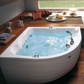 Чистая вода в чугунной ванне