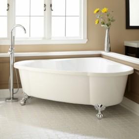 Серебристые ножки под белой ванной