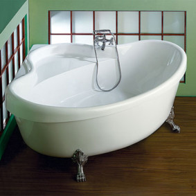 Компактная ванна с местом для удобного сидения