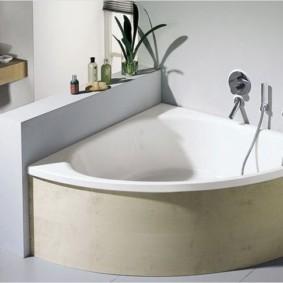 Невысокая перегородка вдоль бортика ванны