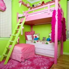 Розовый коврик на полу в детской