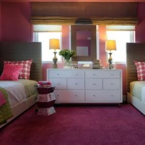 Темно-розовое покрытие на полу комнаты