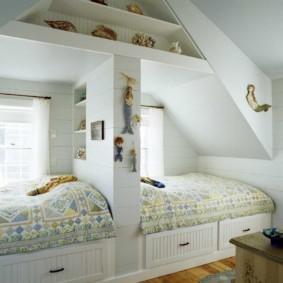 Детские кровати в мансардной комнате