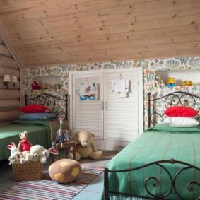 Зеленые покрывала на металлических кроватках