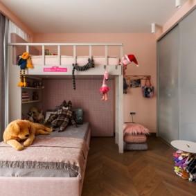 Серые дверцы шкафа в детской комнате