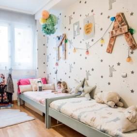 Узкая детская комната для двух девочек
