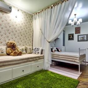 Зонирование детской комнаты светлой шторой