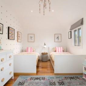 Белый потолок в детской комнате