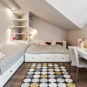 Пестрый коврик на полу комнаты в частном доме