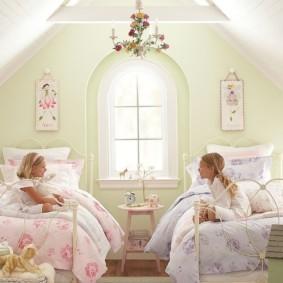Счастливые детки в своей спальне