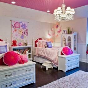 Белая мебель в просторной комнате