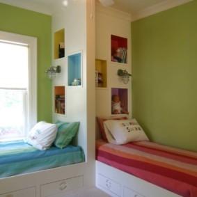Кровати в комнате для разнополых детей