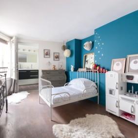 Интерьер детской с голубой стеной