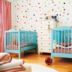 Кроватки для малышей в детской для двоих