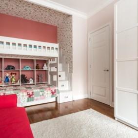 Мягкий коврик на полу детской комнаты