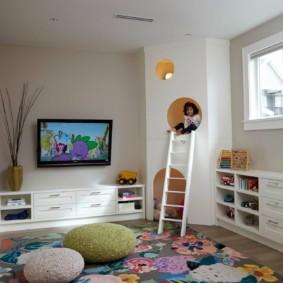 Игровой домик в углу детской комнаты