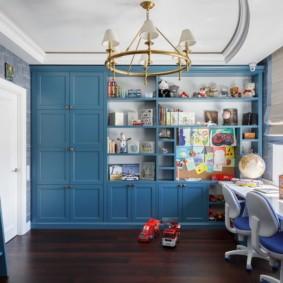 Синяя мебель в комнате с высоким потолком
