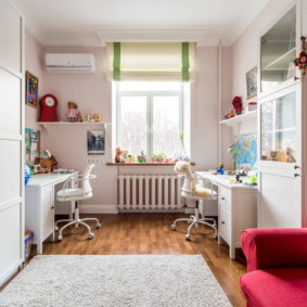 Детская комната с одним окном для двоих девочек