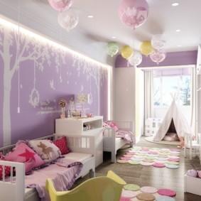 Воздушные шарики под потолком детской комнаты