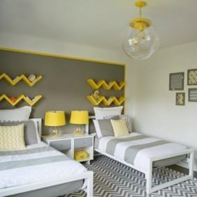 Желтые полки оригинального дизайна