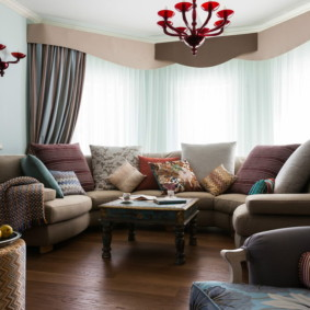 Вместительный диван в эркере гостиной