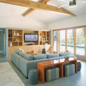 Большой диван с текстильной обивкой