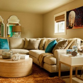 Уютная зона отдыха в гостиной с диваном