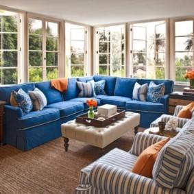 Синий диван на застекленной террасе