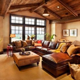 Деревянный потолок в гостиной частного дома