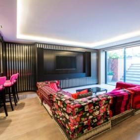 Пестрая мебель в кухне гостиной