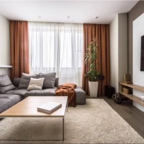 Коричневые шторы и серый диван