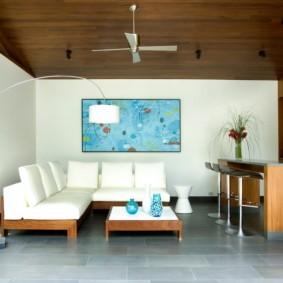 Белая мебель в комнате с деревянным потолком