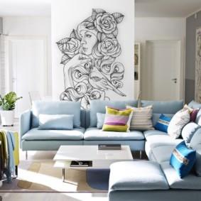 Рисунок девушки с цветами на стене гостиной