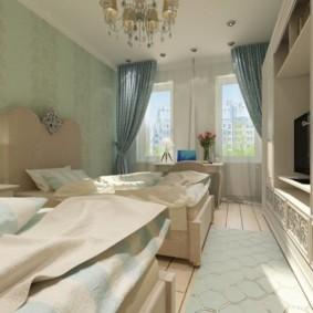 Узкая спальня с небольшими окнами