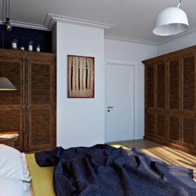 Деревянный шкаф в спальне супругов