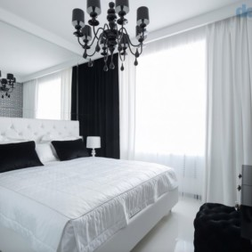 Белая кровать в спальной комнате
