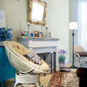Удобное кресло перед камином в комнате