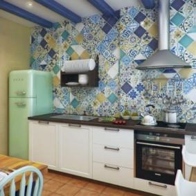 Синие балки на потолке кухни