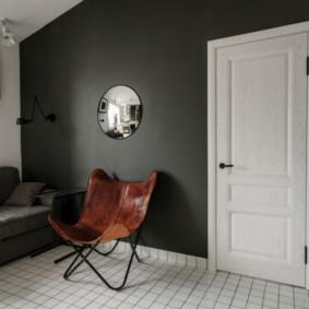 Черная стена в комнате с белой дверью