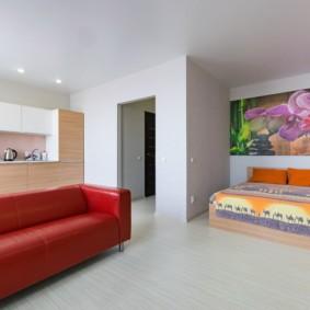 Красный диван в квартире студии
