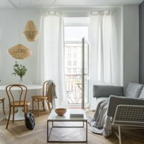 Деревянные стулья за кухонным столом