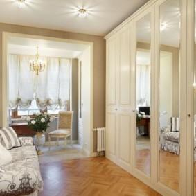 Зеркала на распашных дверцах шкафа для одежды