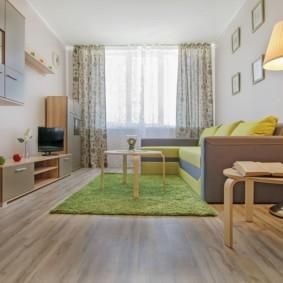 Зеленый ковер в комнате с балконом