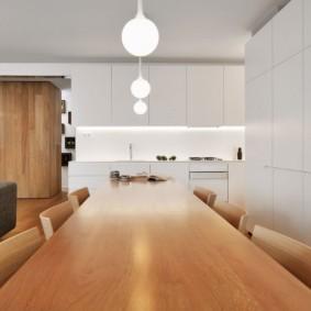 Длинный стол в просторной кухне