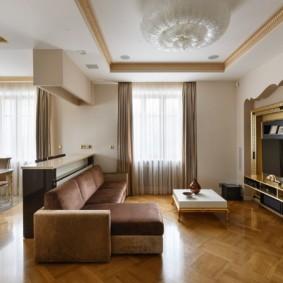 Позолоченный декор на потолке комнаты